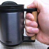 マグカップの持ち手をコルクで滑りにくくしました。